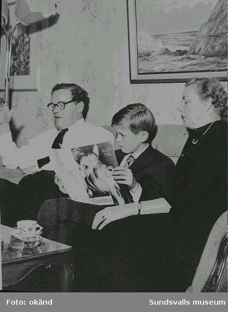 """""""En fridens jul 1953"""" Fritz och Greta Bolin med sonen Lars i tjänstebostaden vid Östrands cellullosafabrik."""
