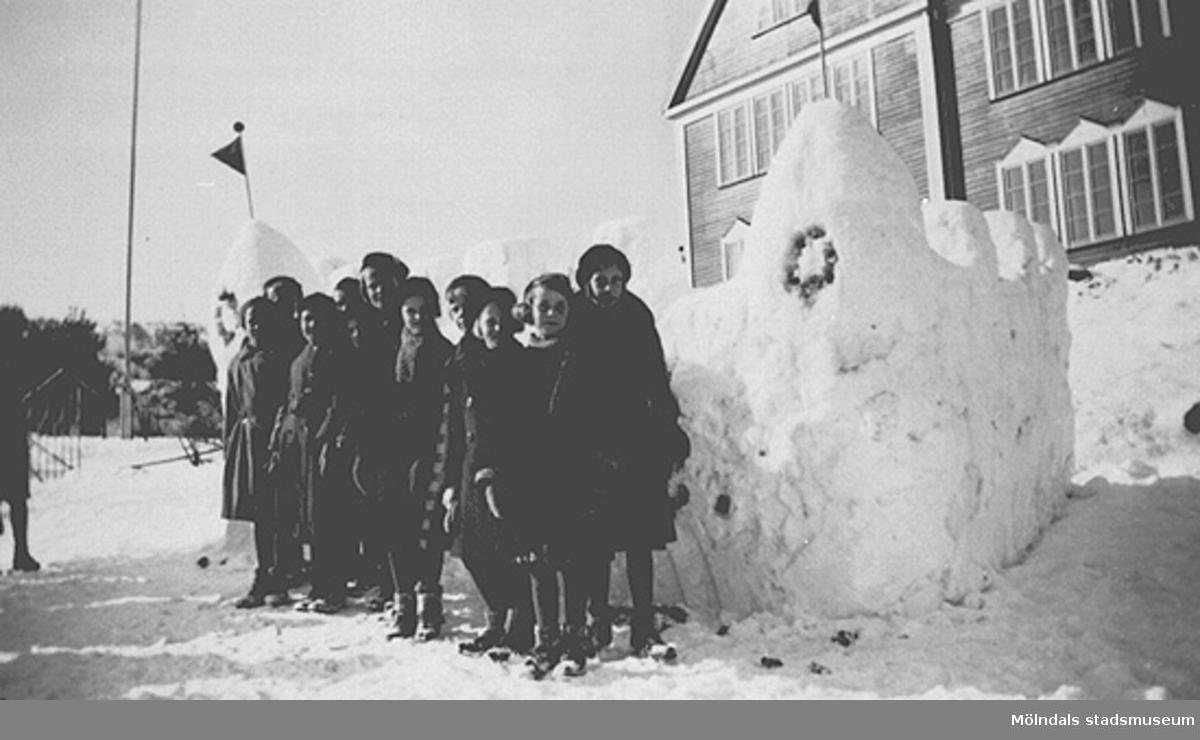 Fjärde året. Lärare: Sven Flodén, Barnen har friluftsdag och har byggt en snöfästning söder om gamla skolbyggnaden. Fotot märkt 4a1 på baksidan.