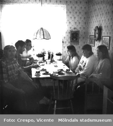 Edvard Samuelsson, boende i Bifrost och medlem i bostadsrättsföreningen Tegens styrelse, bjuder områdets städerskor på fika. Släpharvsgatan 5, början av 1980-talet.