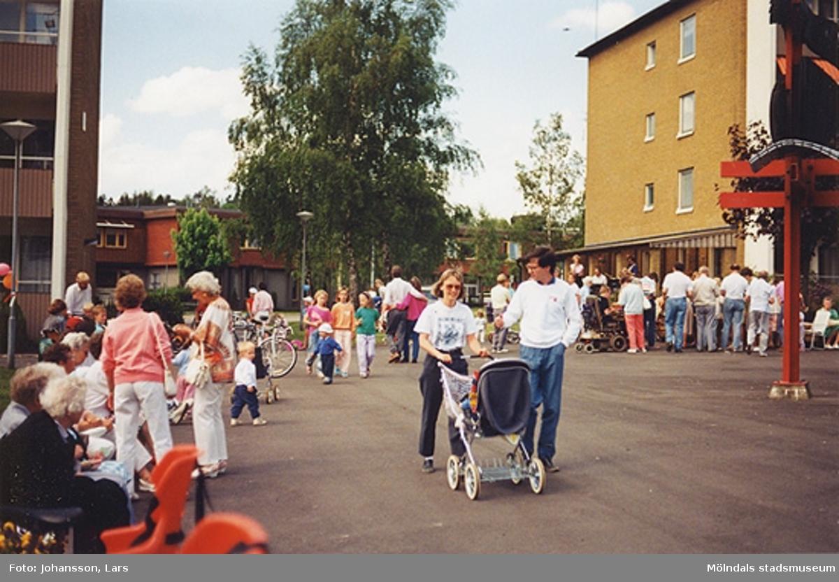 En av bostadsrättsföreningen Tegens gårdsfester 1989. Man hade bland annat korvservering, poängpromenad, spel, tävlingar, sång- och musikunderhållning m.m.