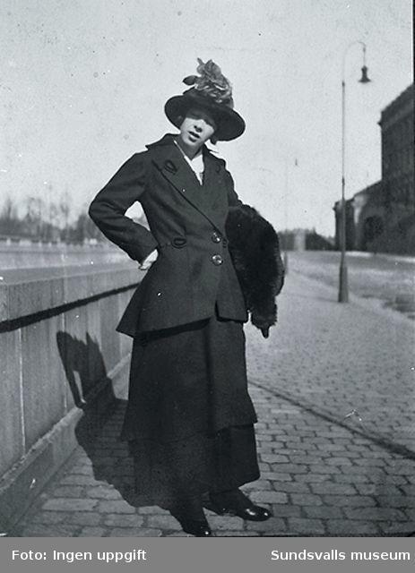 Sigrid Hjertén på promenad i Stockholm, omkring 1915.