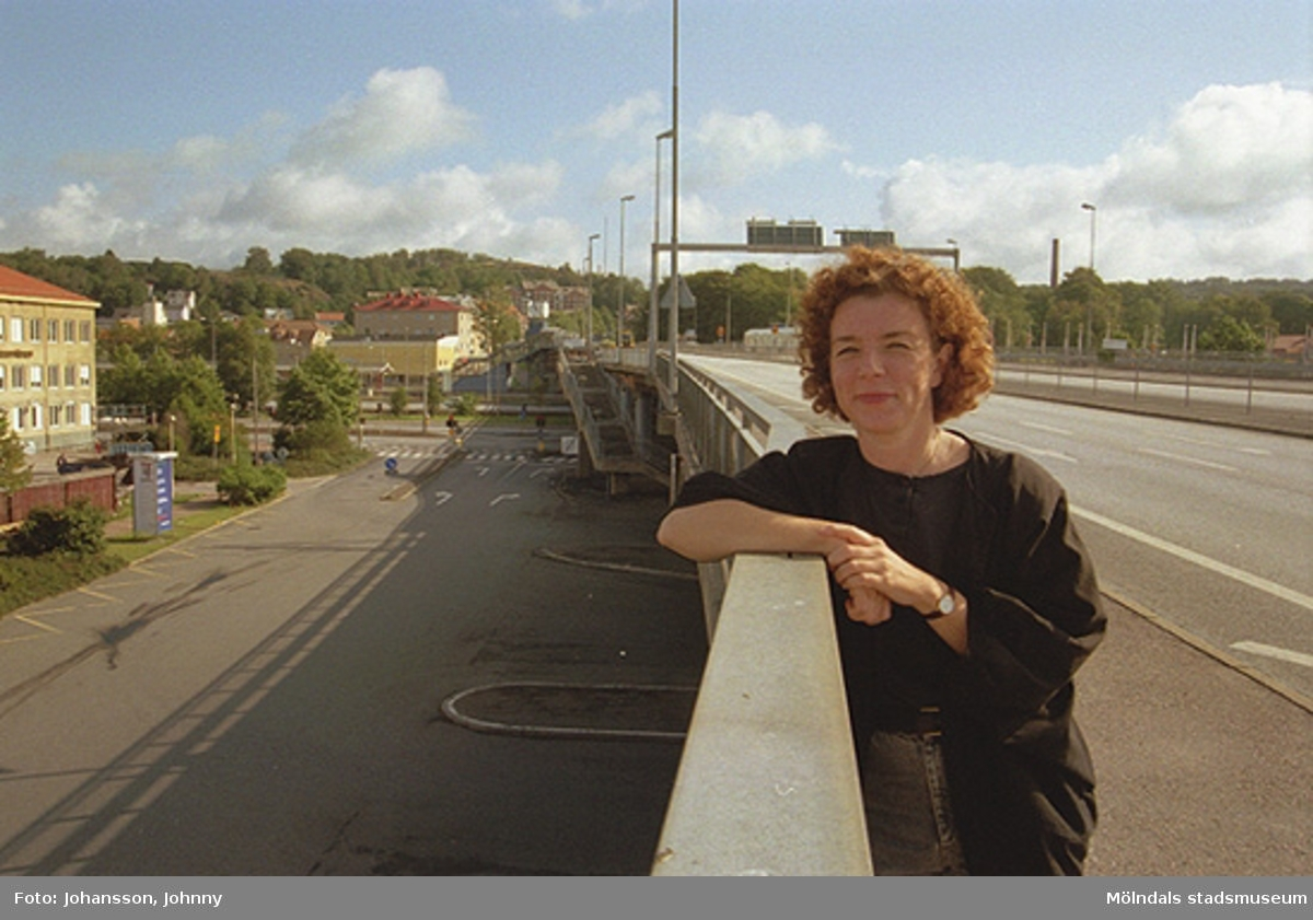 Mölndalsbro och busstationen, mot nordost. Ulla Hasselqvist vid broräcket.