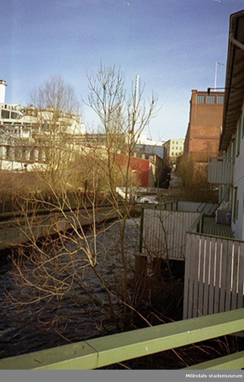 Till höger ses Kafé Kråkans terrass på Götaforsliden 1-7. Bakom detta ligger den stora, röda tegelbyggnaden Stora Götafors. I bakgrunden till vänster skymtar Soab.
