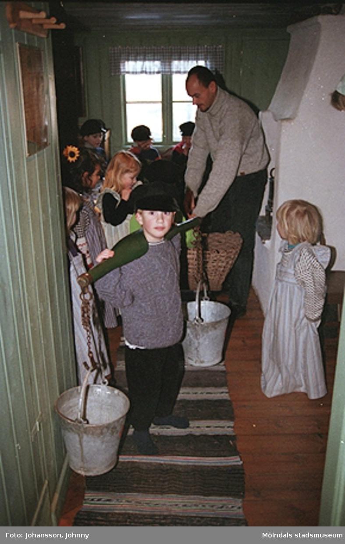 Håkan Strömberg visar förskolebarn Olas stuga 1999-02-18. Tema: Livet förr.