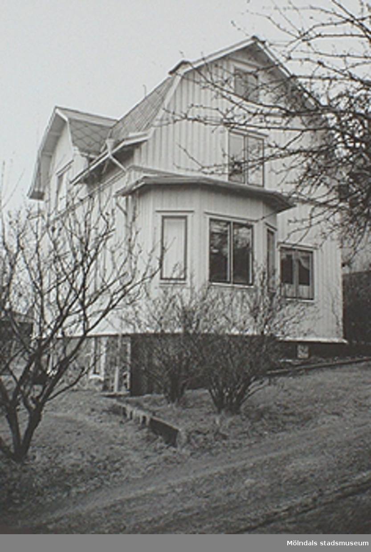 En av de fina 1920-talsvillorna med brutet tak. Denna revs våren 1992.