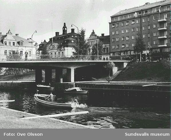 """Text: """"Storbron med Riksbankens hus""""."""