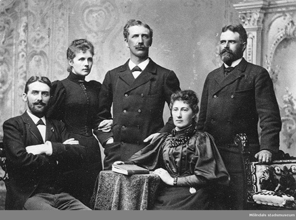 Föräldrarna Frans Lindhés (1823-1914) och Emma Lindhés (född Nissen, 1834-1869) fem gemensamma barn. Stående från vänster: Fanny (gift Ahlgren), Hugo och Eric. Sittande från vänster: Richard och Isabella (gift Norén). Deras far Frans Lindhé var son till kapten Johan Lindhé (1792-1879) som var ägare till Forsåker Kronogården i Mölndal. På mödernet hade man påbrå från Erik den XIV. Hans svägerska Wilma Lindhé, gift med brodern Josef, var författarinna och har skildrat släkten och livet på Forsåker i sina memoarer. Text från Lindhé Bladet 1991.