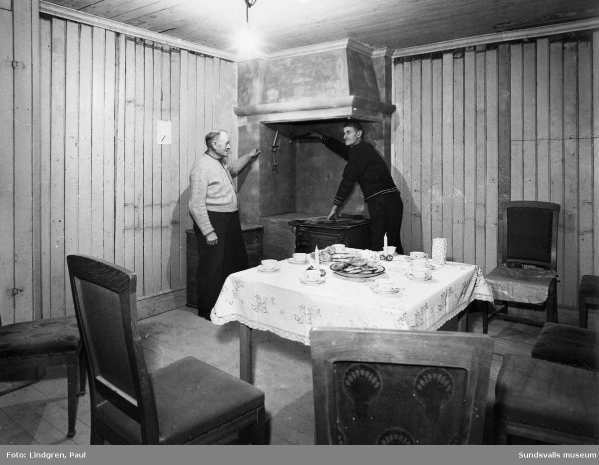 Kaffe med dopp på bord. Två män. Okänd miljö.