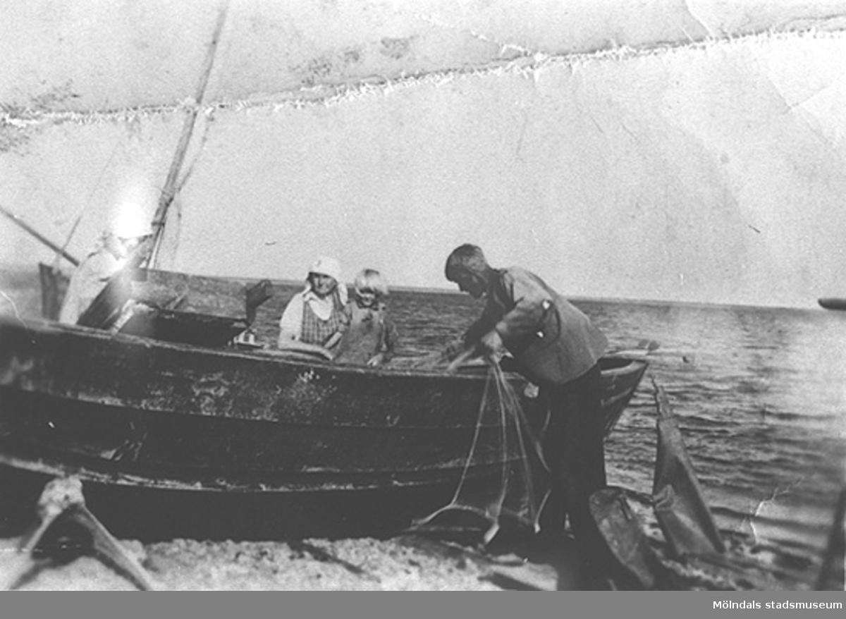 """Det var åtta personer i båten vid överresan till Sverige. På bilden ses Linda och hennes far Alfred, 1939 - 1940.Hösten 1944 flydde 32.000 estländare från kriget i Estland till Sverige. Ett sextiotal personer tog jobb på August Werners textilfabrik i Lindome. Kvinnorna arbetade i spinneriet och männen i färgeriet.Mer information finns i uppsatsen """"Estländska textilarbetare i Lindome"""" som finns i Mölndals stadsmuseums interna arkiv."""
