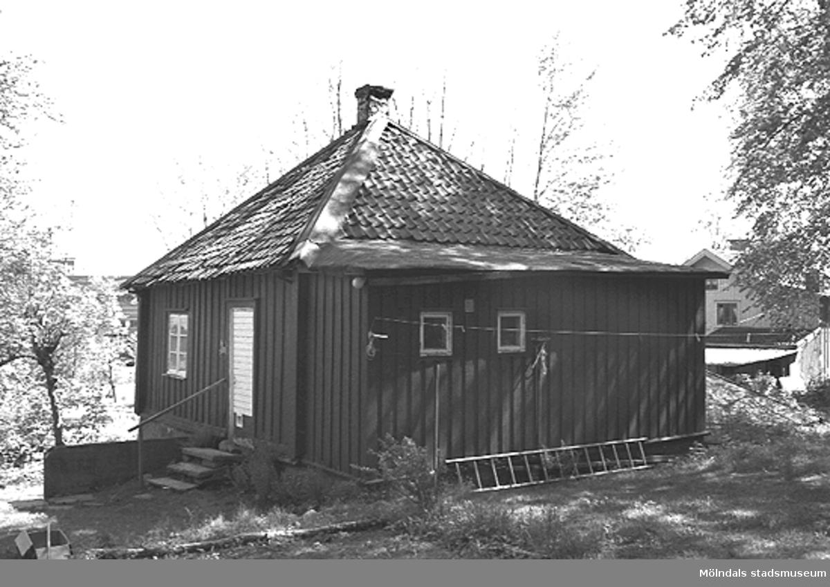 """""""Kaffekvarnen"""" från 1700-talet alldeles söder om Fässbergs kyrkogård inkl. källare med stenvalv.(Länsstyrelsen """"arbetade"""" -95 med huset). Relaterade motiv: 2003_0050 - 0062."""