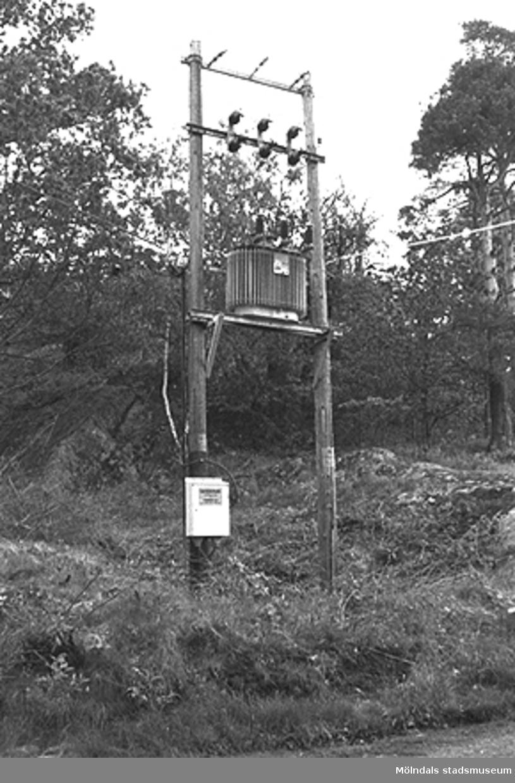 Gammal transformatoromkopplare?  Vid väg norr om Lindomeån. (fr. Hällesåkersskolan - Raneredsvägen).