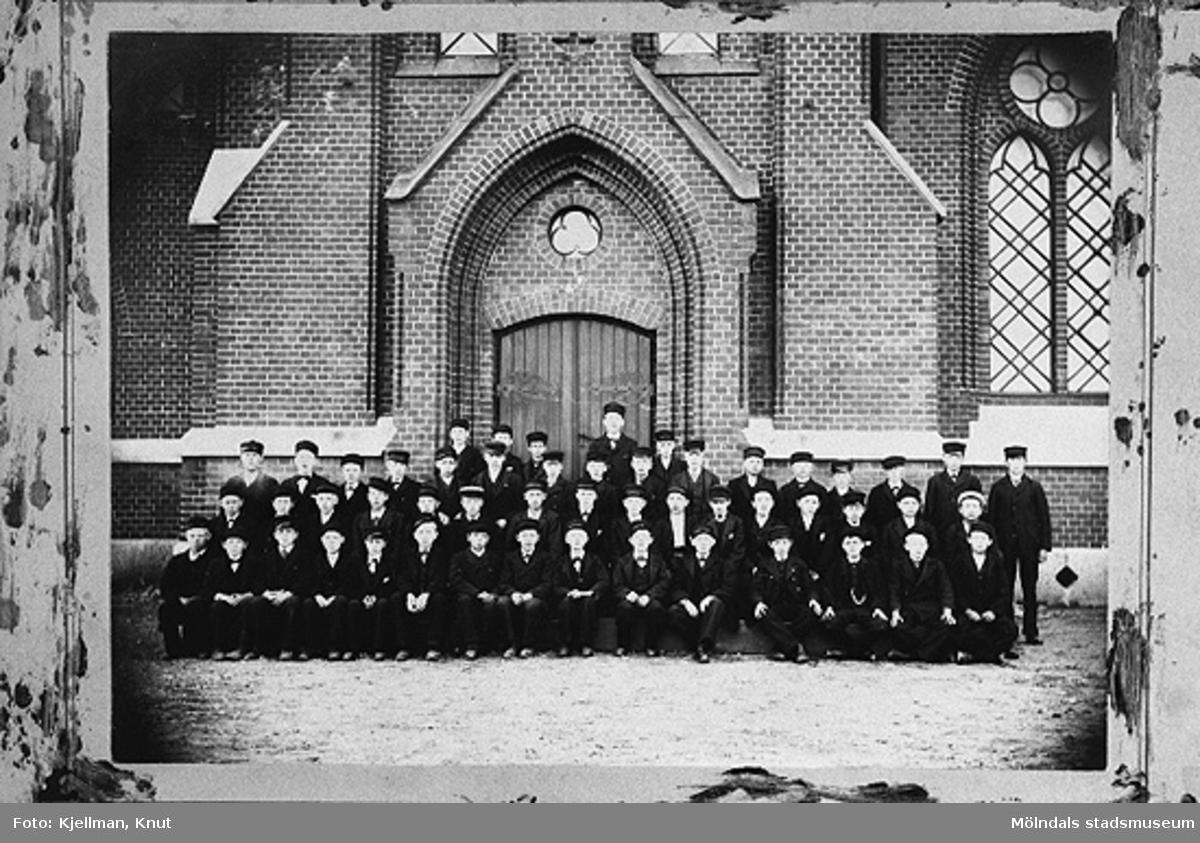 """Konfirmationsgrupp utanför Fässbergs kyrka 1898.Svante Höglund överst till vänster, föddes den 16 dec. 1884 i Mölndal som nr 5 i en syskonskara av 6. Han började förvärvsarbeta som 13-åring på Hasselgrens bomullsspinneri. Efter konfirmationen började han vid Delbancos valskvarn (""""Judens"""") som smörjare. Den 15 maj började han vid AB Papyrus där han alltsedan dess hade sin verksamhet med avbrott för militärtjänst. Efter 4 år vid företaget blev han biträdande salsmästare. 1911 blev han verkmästare på den avdelning han arbetade på. Han var med och bildade Sv. Förmansförbundet på platsen. Han gick med i SAF avd. 45 år 1927.1945 mottog han Patriotiska Sällskapets guldmedalj för lång och trogen tjänst. Svante Höglund avled den 17 jan 1957.Enligt antikvarie Lars Gahrn  kan det varit han som gett namn till Verkmästargatan, granngatan till hans egen hemgata Klevgatan, p g a. arbetet som verkmästare på Papyrus.Fullständig redogörelse finns i museets arkiv."""