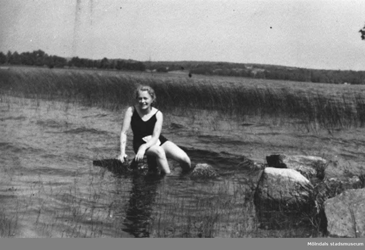 1922-25. Rosa Krantz badar i Tulebosjön vid Stretered, Kållered.Rosa är mamma till givaren Karin Hansson f Pettersson.