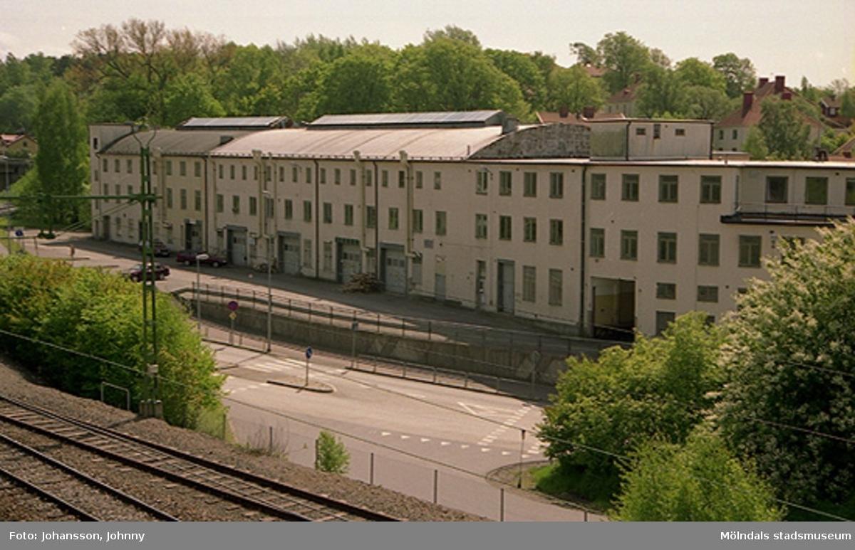 """Vy från gångbron över järnvägen utmed Kvarnbygatan, på f.d strumpfabriken """"Strumpan"""" (efter Viktor Samuelsons fabrik), år 2000."""