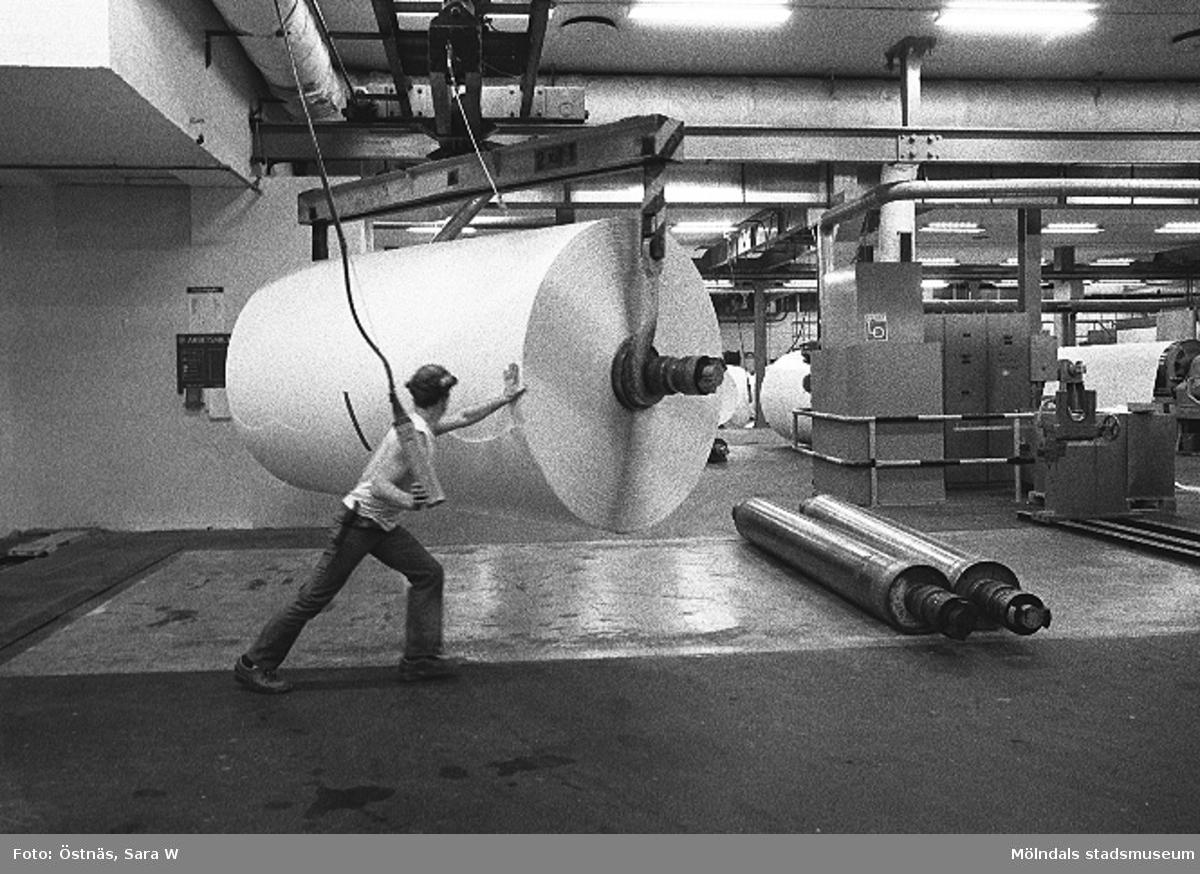 Jan Callesen vänder på kartongtambour för transport, Byggnad 6. Bilden ingår i serie från produktion och interiör på pappersindustrin Papyrus.
