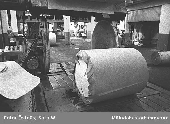 En pappersbal med omslagspapper.Bilden ingår i serie från produktion och interiör på pappersindustrin Papyrus.