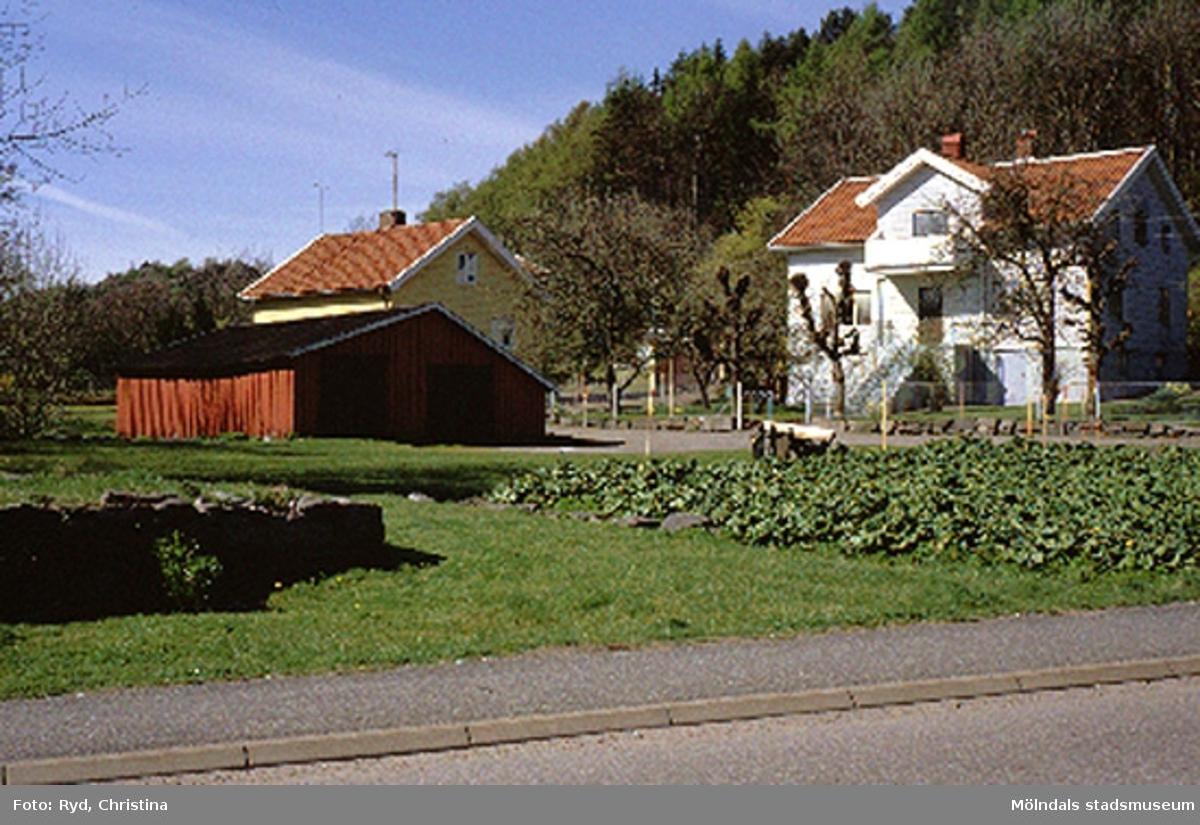Bostadshus med ekonomibyggnad och trädgårdsland.Wättnegatan, Toltorp 1:241, Toltorpsdalen maj 1991.