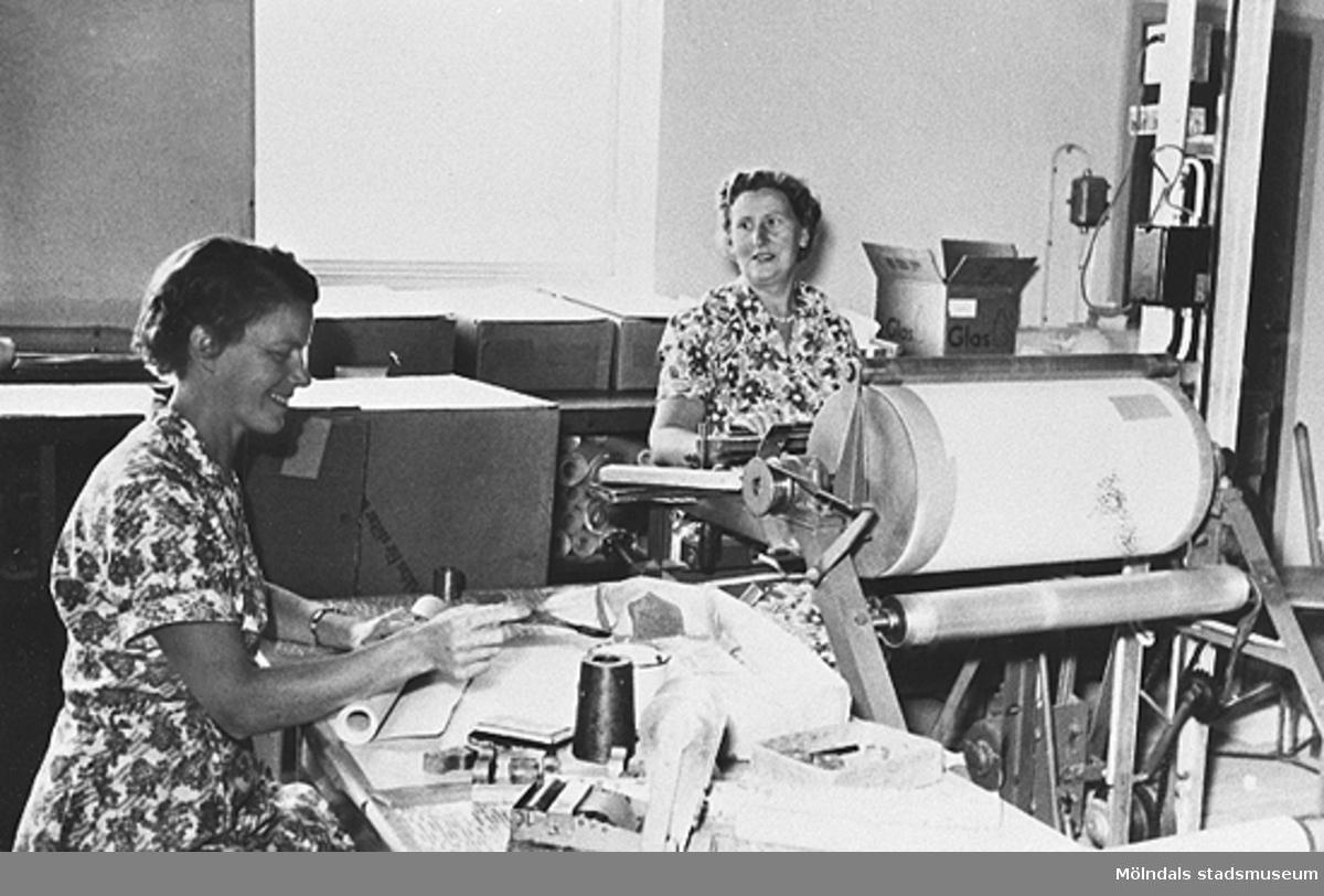 Serie av 6 st. svartvita fotografier från Tengblads Tapetfabrik. Personal, Ingrid Hjalmarsson och Berta Andersson i arbete.