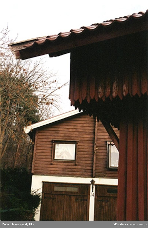 """Bostadshus med garage på Våggatan 6 i Åby, Mölndal. År 2000.Lite av """"Vågboden"""" syns i förgrunden."""