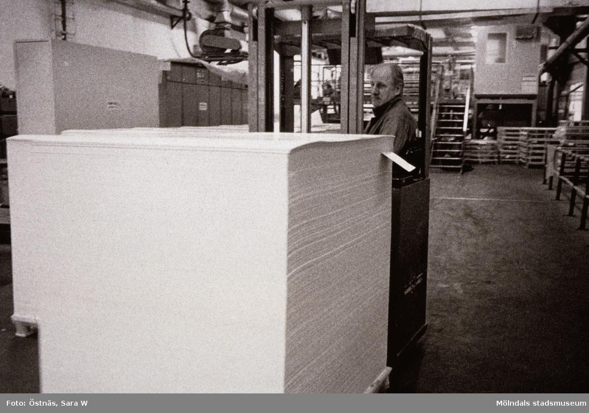 Arne Larsson transporterar kartongpall med truck på Papyrus i Mölndal, år 1990.