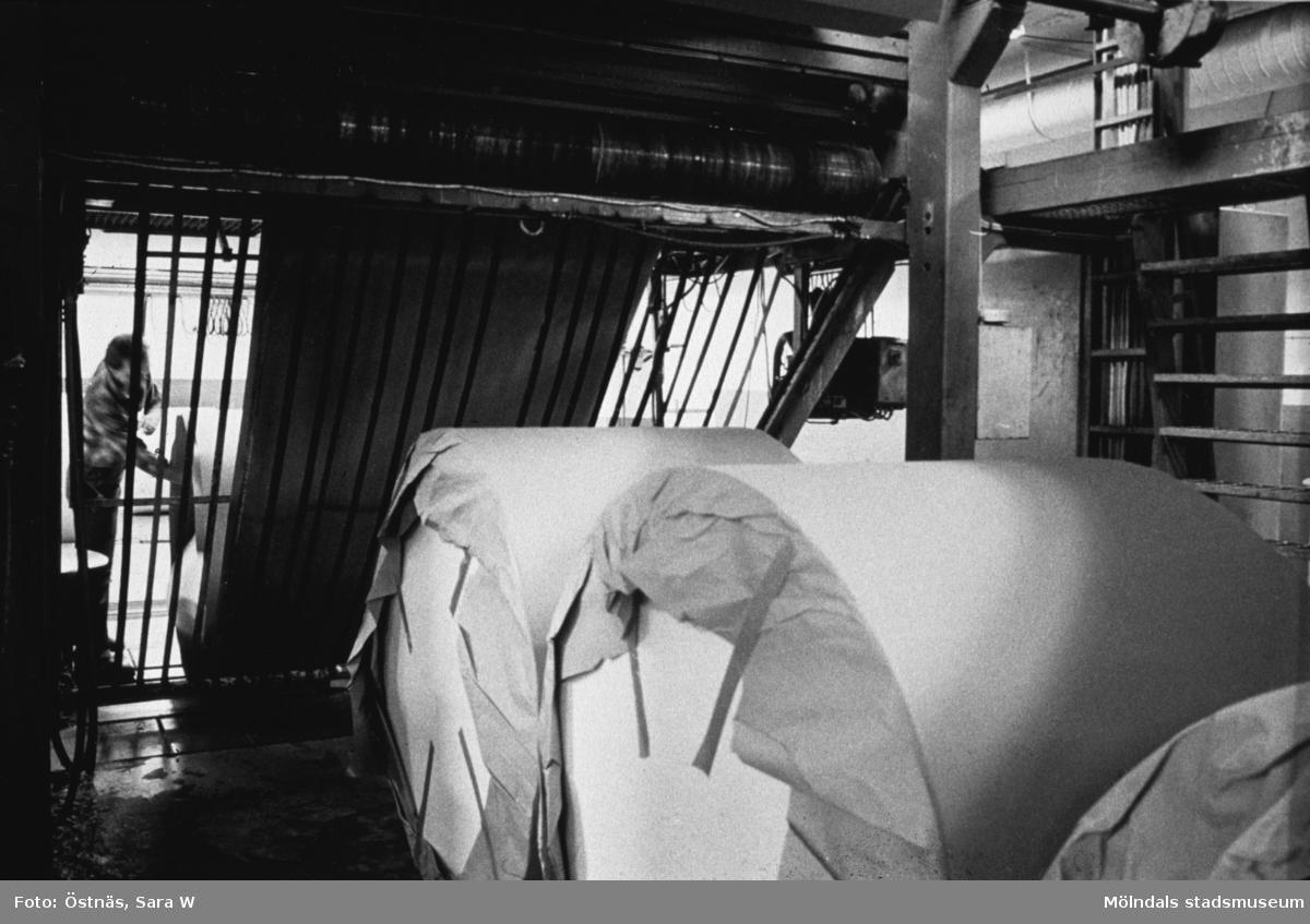 Lennart Landh rullpaketerar kartongrullar på Papyrus i Mölndal, år 1990.