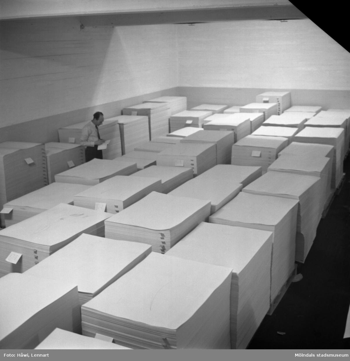 Man i arbete vid kartongfärdigställningen på Papyrus i Mölndal, 1/2 1960.. Fotografi för årsberättelsen 1959.