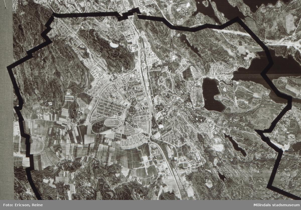 Flygkarta över norra delen av Mölndals kommun.  Mölndals centrum med tät bebyggelse och med gator och vägar kring Mölndalsbro syns tydligt i mitten. Man kan också se Åby trav- och galoppbana som en oval ring, och kanske du även kan upptäcka Åbybergsparken och den kulle, på vilken kyrkan är byggd.  I dalgångarna mot norr syns Toltorpsdalens och Krokslätts samhällen.  Längst upp till vänster kan man se Eklandabergen och Västerberget ända upp till Botaniska trädgården i Göteborg. Mellan Toltorp och Krokslätt ser du Toltorpsbergen. Längst upp till höger syns bergen i Lackarebäck.  Nederst till vänster finns Balltorpsbergen och till höger om motorvägen bergen i Hulelyckan och Rävekärr.  Av Mölndals många sjöar kan du upptäcka Rådasjön och Stensjön längst upp till höger. Norr om Stensjön ligger Norra Långvattnet, och söder därom är Södra Långvattnet beläget.