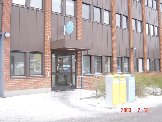 """I de blå brevlådorna läggs """"lokalpost"""" (försändelser inom det lokala postnummerområdet). I gula brevlådor läggs försändelser till övriga postnummerområden och till utlandet."""