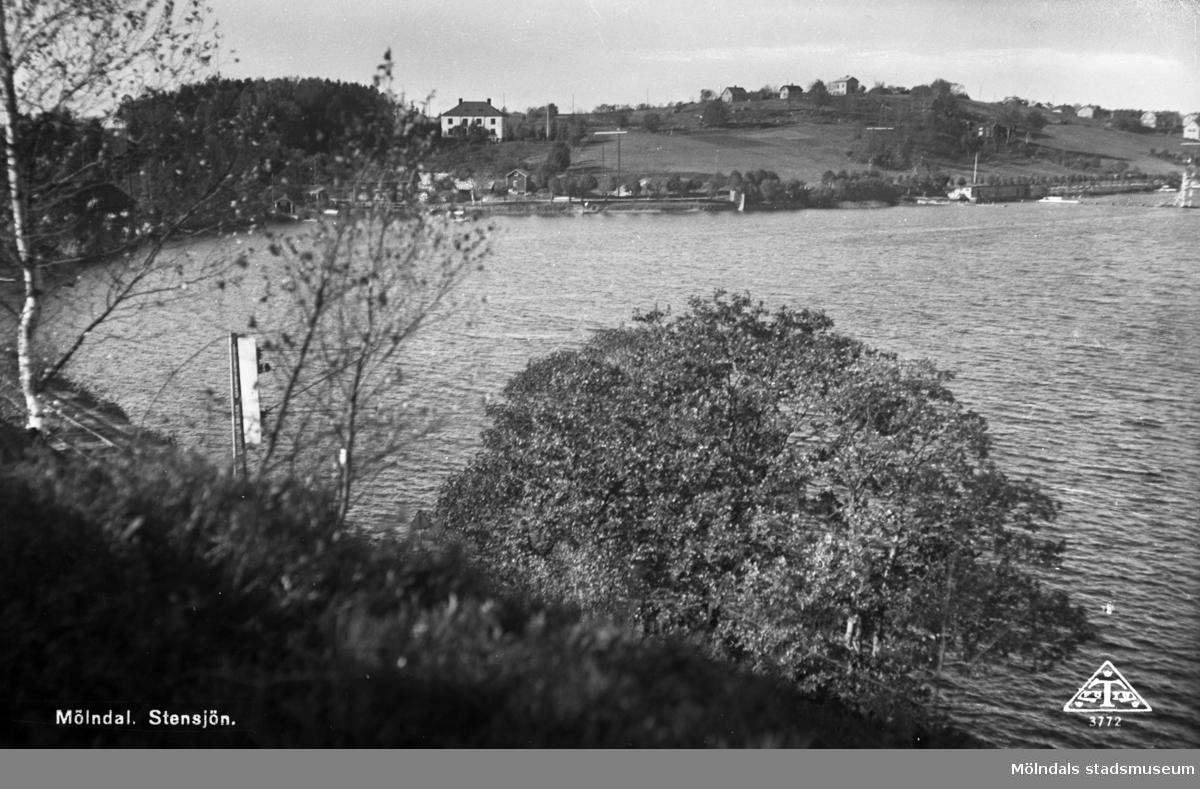 Vy över del av Stensjön. I fonden ses Strandpromenaden och Stensjöhills fasad mot sjön.