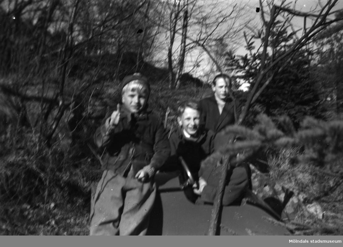 En samling pojkar med en lådbil i Stretered, Kållered. Claes, Nils-Erik Malmqvist, P-O Lundberg.