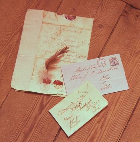 """Fjäderbrev till """"Konungens trotjänare Greve... Upmark"""", brev till brukspatron Nordström, Ökne frankerat med 4 öre vapen och stämplat Uddevalla 3 maj 1858 samt ett förfilatelistiskt brev stämplat Skara och ställt till """"herr Zveigbergk, Lidköping och vidare""""."""