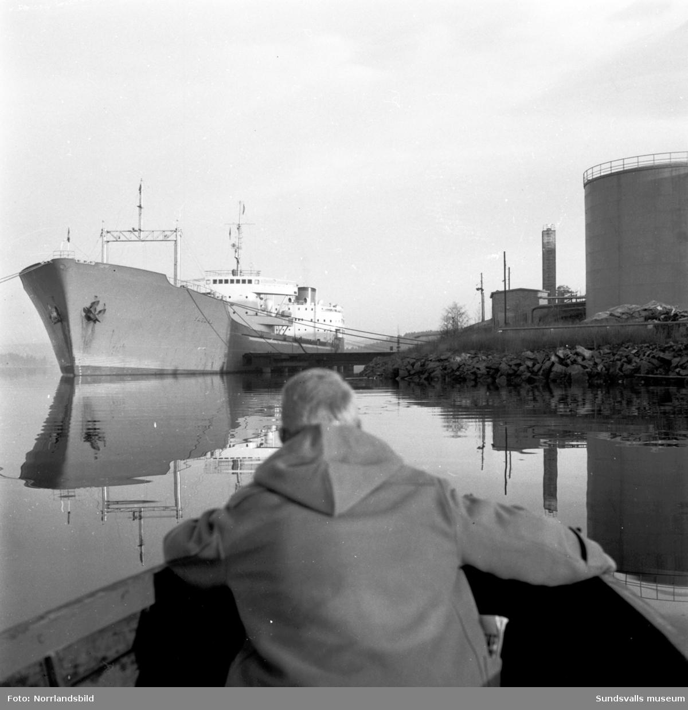 Hamnrekordet i Sundsvalls slogs 1958 då Grängesbergsbolagets kombinerade malm- och tankfartyg Vasara på 21750 dwton anlände till Vindskärsudde. Efter att ha lossat 5200 ton brännolja gick färden vidare till Luleå för att lasta malm. Reportage i Dagbladet.