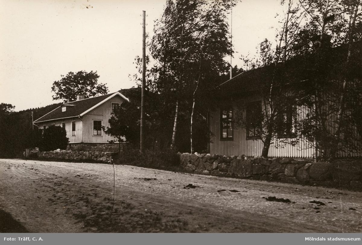 Gamla skolan i Livered. Till vä. storskolan till höger småskolan. Var i bruk till 1954 när Brattåsskolan var klar. Nuv. adress  Streteredsv. 59/61.