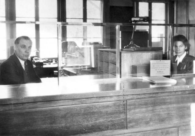 Till Herr Postdirektören m.m. Gustaf Adolf Sundman 5/12 1947 Från underlydande personal med tack för 14-årigt chefskap för Nedre norra distriktet. pxp i Delsbo, interiör