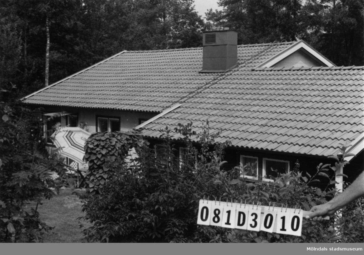 Byggnadsinventering i Lindome 1968. Greggered 3:63. Hus nr: 081D3010. Benämning: permanent bostad och garage. Kvalitet: mycket god. Material, bostadshus: eternit och trä. Material, garage: trä. Övrigt: lekstuga. Tillfartsväg: framkomlig. Renhållning: soptömning.