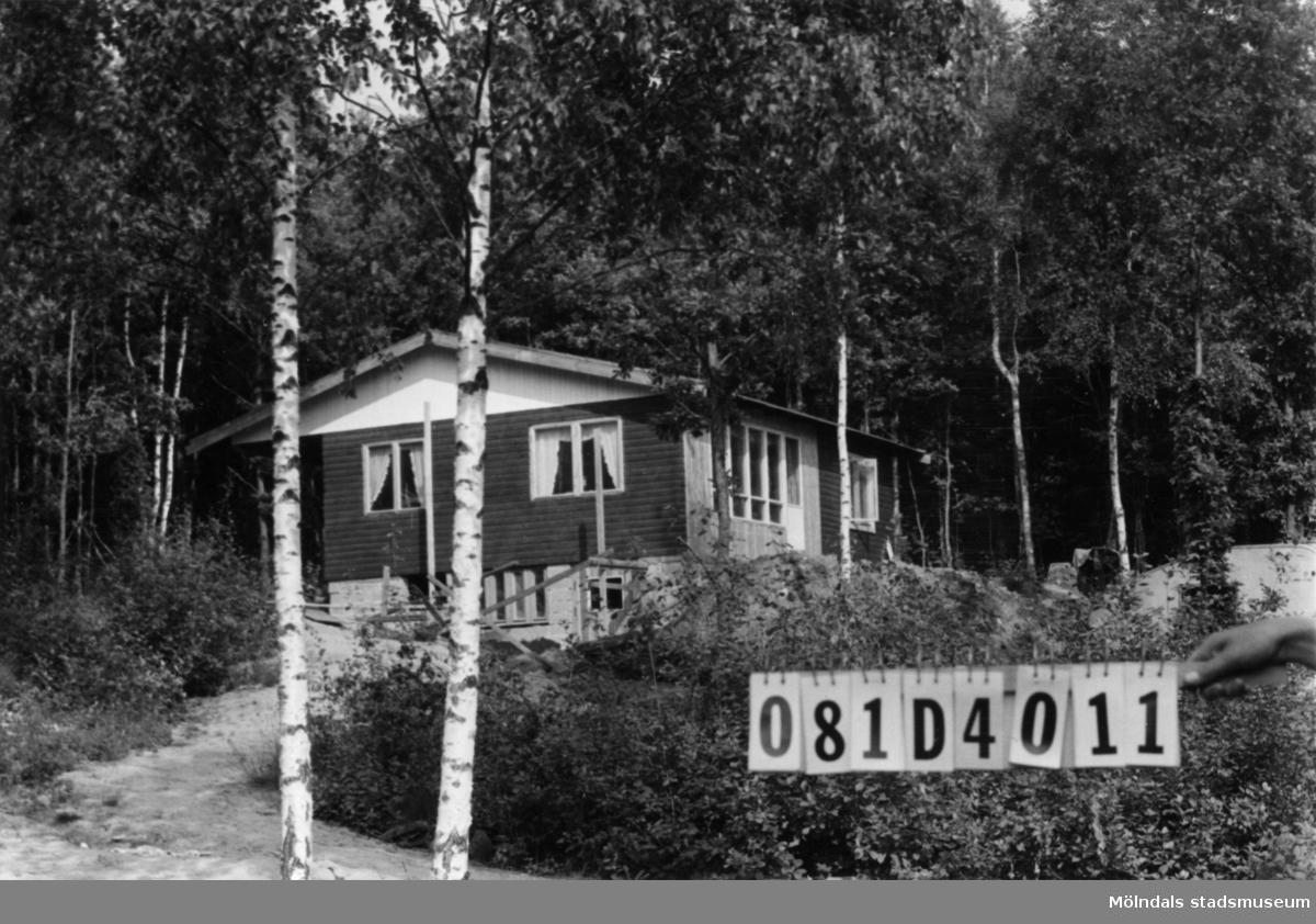 Byggnadsinventering i Lindome 1968. Greggered 3:71. Hus nr: 081D4011. Benämning: fritidshus. Kvalitet: mycket god. Material: trä. Övrigt: arbetsplats med skräp. Tillfartsväg: framkomlig.
