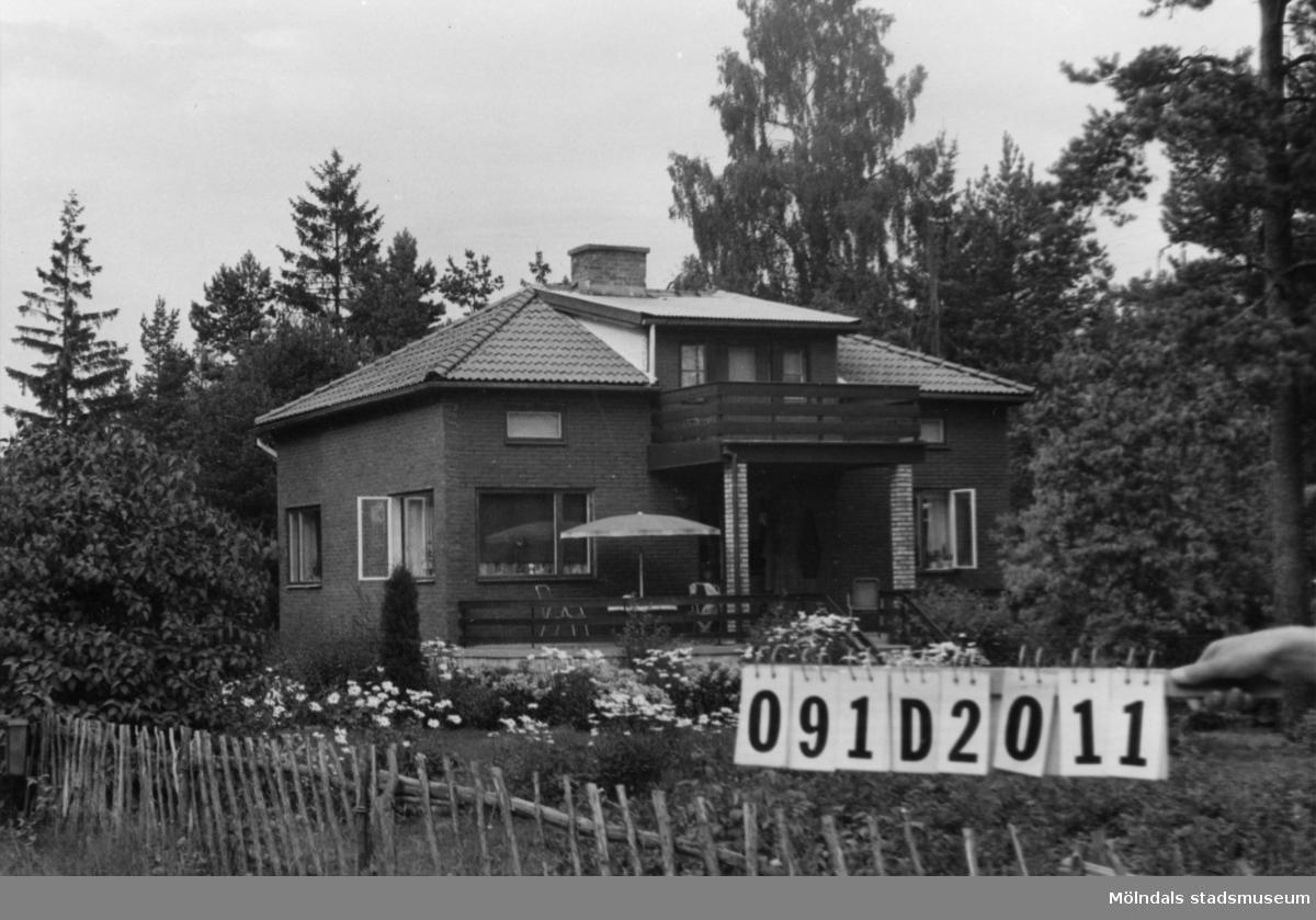Byggnadsinventering i Lindome 1968. Ranered 1:26. Hus nr: 091D2011. Benämning: permanent bostad, två gäststugor och garage. Kvalitet, bostadhus: god. Kvalitet, gäststugor: god, mindre god. Kvalitet, garage: mindre god. Material, bostadshus: trä och rött tegel. Material, gäststugor: det ena trä, det andra masonit. Material, garage: masonit. Tillfartsväg: framkomlig. Renhållning: soptömning.