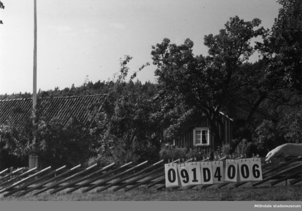 Byggnadsinventering i Lindome 1968. Ålgårdsbacka 1:2. Hus nr: 091D4006. Benämning: permanent bostad och ladugård. Kvalitet: god. Material: trä. Tillfartsväg: framkomlig.