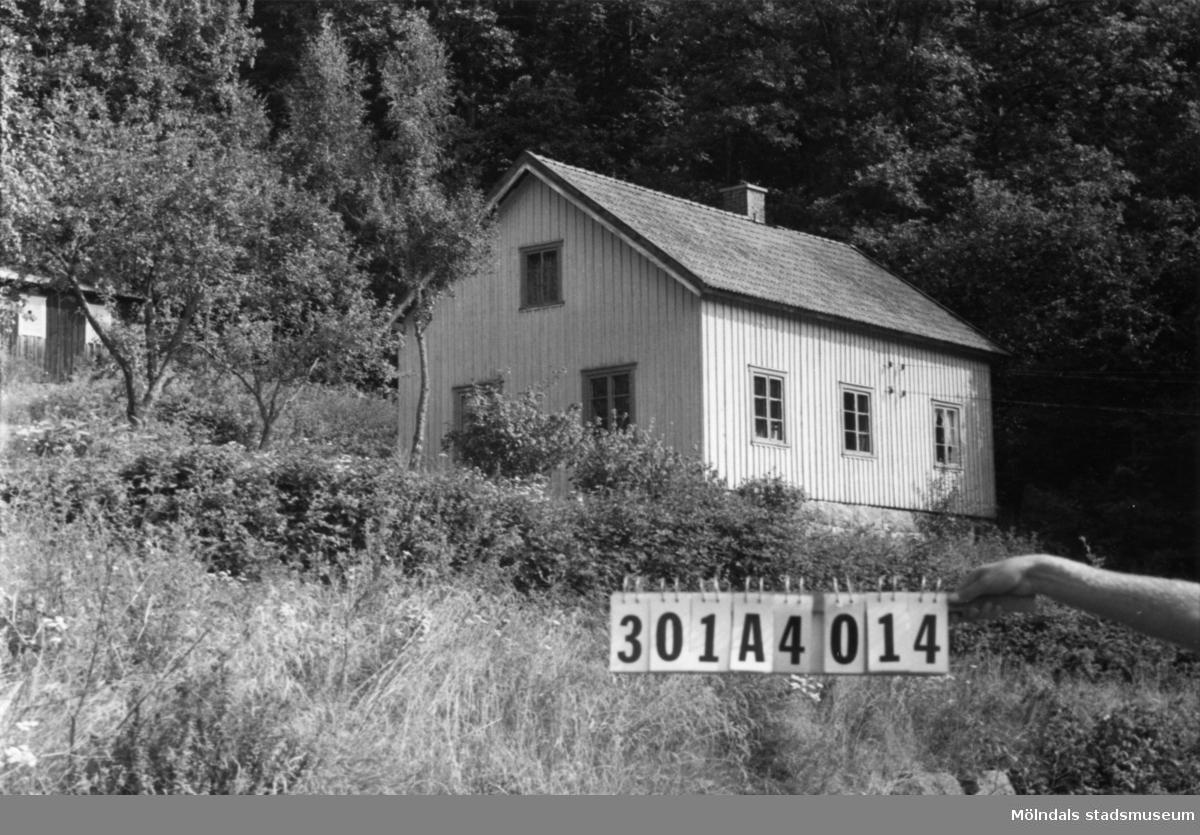 Byggnadsinventering i Lindome 1968. Inseros 1:9. Hus nr: 301D1008. Benämning: permanent bostad, ladugård, redskapsbod och gammal snickeriverkstad. Kvalitet, bostadshus och snickeriverkstad: god. Kvalitet, ladugård och redskapsbod: mindre god. Material: trä. Tillfartsväg: framkomlig. Se KM2007:398 för bostadshuset.