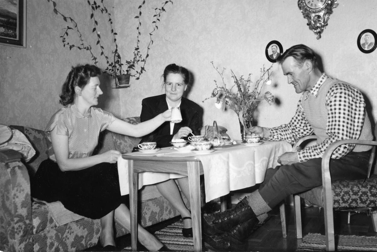 Kaffe hemma hos lantbrevbärare Hugo Lundmark med fru i Jäckvik.  Lantbrevbärare Hugo Lundmark i april 1952. Lantbrevbäringslinjen Jäckvik - Merkenis (60 km).