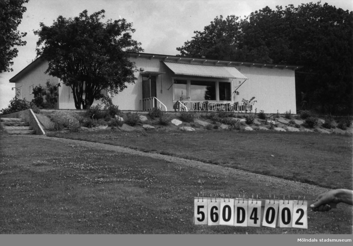 Byggnadsinventering i Lindome 1968. Fagered. Hus nr: 560D4002, t. yrkesskolan. Benämning: permanent bostad, redskapsbod och lekstuga. Kvalitet: god. Material: trä. Övrigt: ligger fint. Tillfartsväg: framkomlig. Renhållning: soptömning.