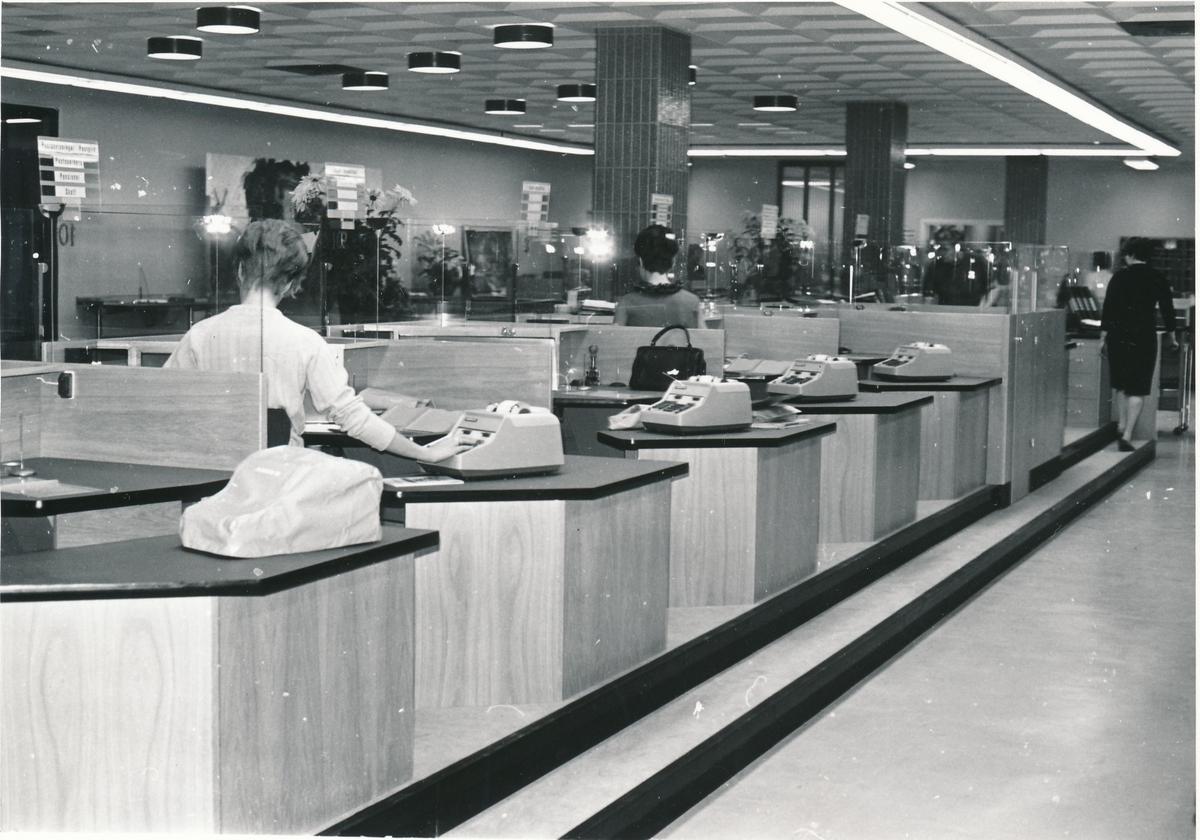 Interiören vid kassadiskarna vid Lunds Postkontor, 1967.