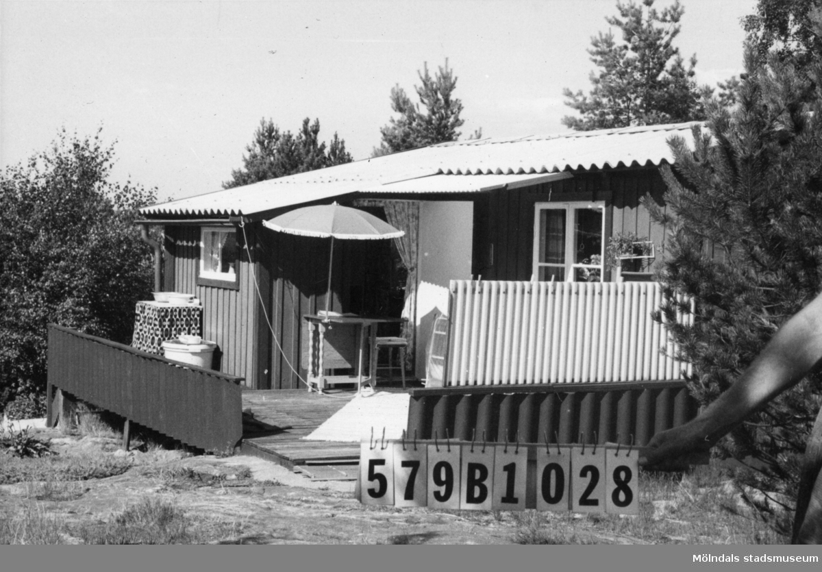 Byggnadsinventering i Lindome 1968. Lindome 3:41. Hus nr: 579B1028. Benämning: fritidshus. Kvalitet: mindre god. Material: trä. Tillfartsväg: ej framkomlig. Renhållning: soptömning.