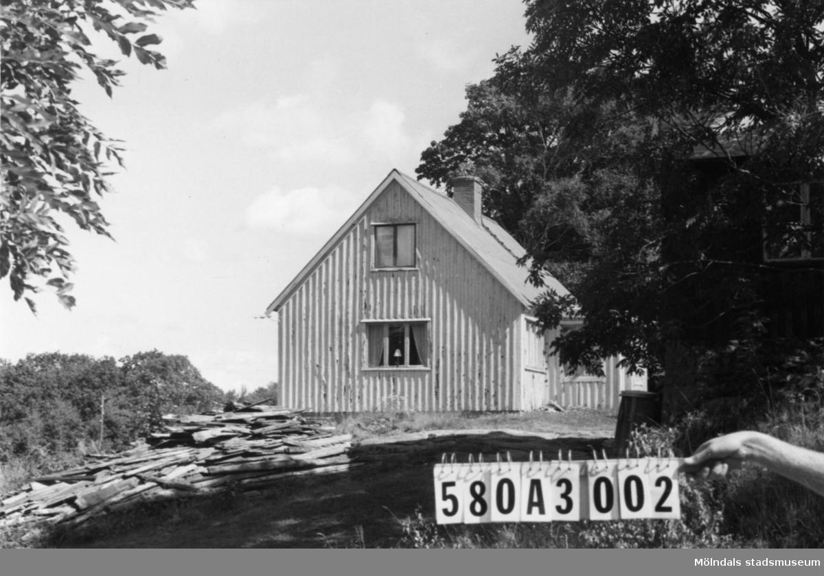 Byggnadsinventering i Lindome 1968. Hassungared 1:22. Hus nr: 580A3002. Benämning: permanent bostad och redskapsbod. Kvalitet, bostadshus: mindre god. Kvalitet, redskapsbod: god. Material: trä. Tillfartsväg: framkomlig. Renhållning: soptömning.