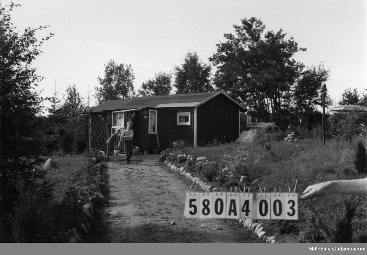 Byggnadsinventering i Lindome 1968. Hassungared 4:7. Hus nr: 580A4003. Benämning: fritidshus och redskapsbod. Kvalitet: mindre god. Material: trä. Tillfartsväg: framkomlig.