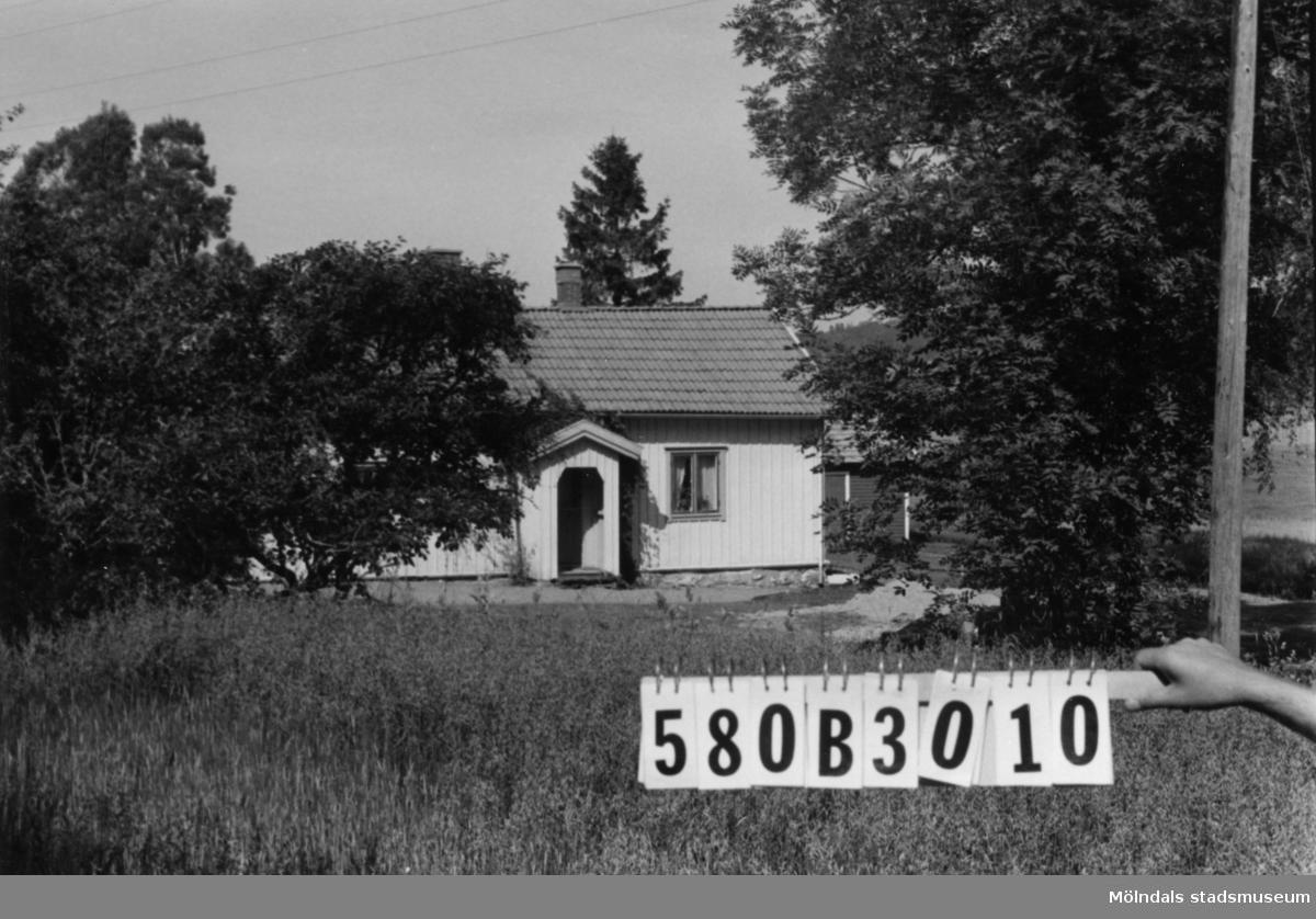 Byggnadsinventering i Lindome 1968. Knipered 2:19. Hus nr: 580B3010. Benämning: permanent bostad och två redskapsbodar. Kvalitet: god. Material: trä. Tillfartsväg: framkomlig.