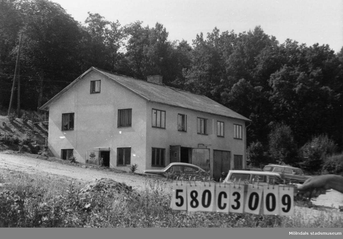 Byggnadsinventering i Lindome 1968. Strekered 1:22. Hus nr: 580C3009. Benämning: permanent bostad och garage. Kvalitet: god. Material: sten, puts. Övrigt: bilverkstad. Fult. Tillfartsväg: framkomlig. Renhållning: soptömning.