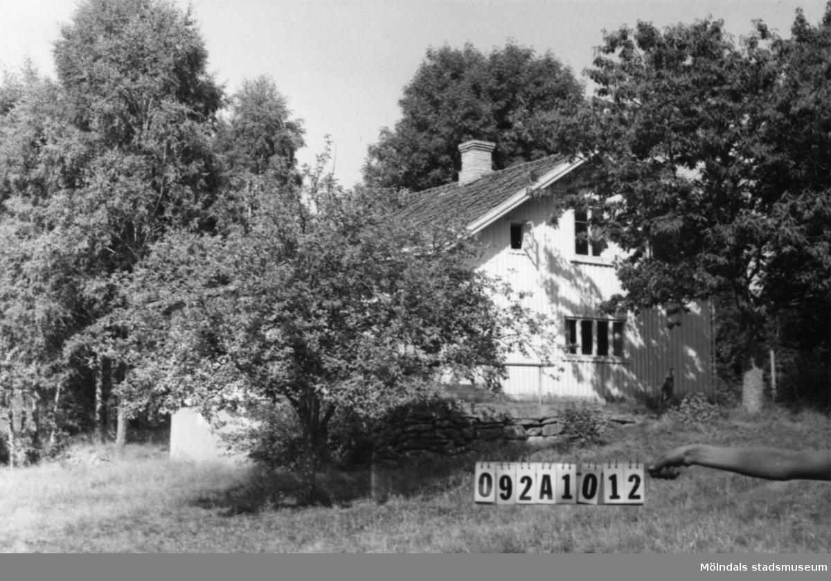 Byggnadsinventering i Lindome 1968. Annestorp 4:6. Hus nr: 092A1012. Benämning: fritidshus och tre redskapsbodar. Kvalitet: mindre god. Material: trä. Tillfartsväg: framkomlig.