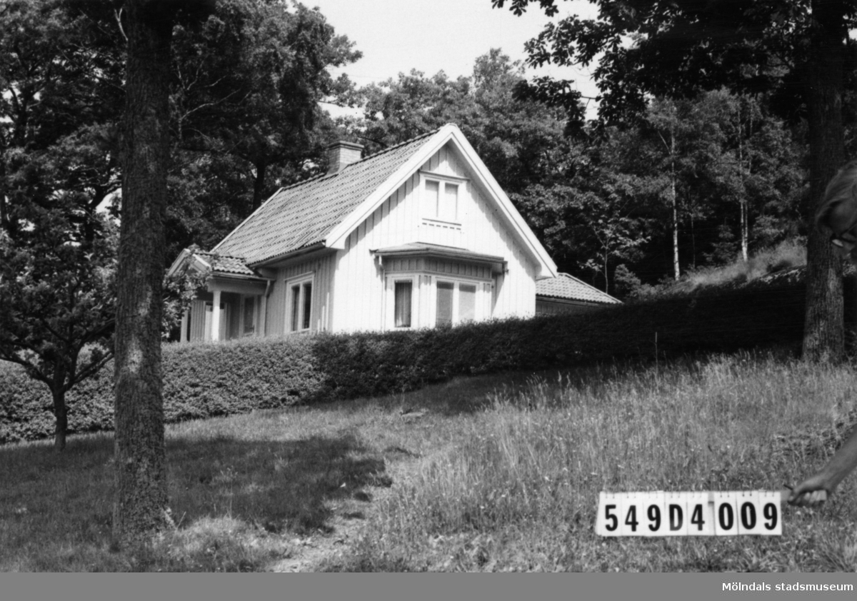 Byggnadsinventering i Lindome 1968. Hällesås 1:14. Hus nr: 549D4009. Benämning: permanent bostad. Kvalitet: god. Material: trä. Tillfartsväg: framkomlig.