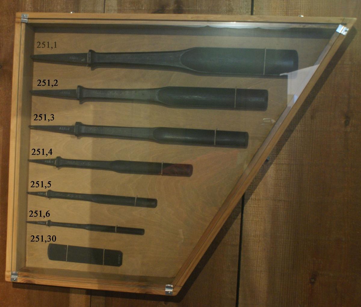 Blockmakareskölp. Timmermans- och Blockamakareverktyg modeller av trä, svartmålade, samt spik för örlogsvarvet i Karlskrona år 1829.